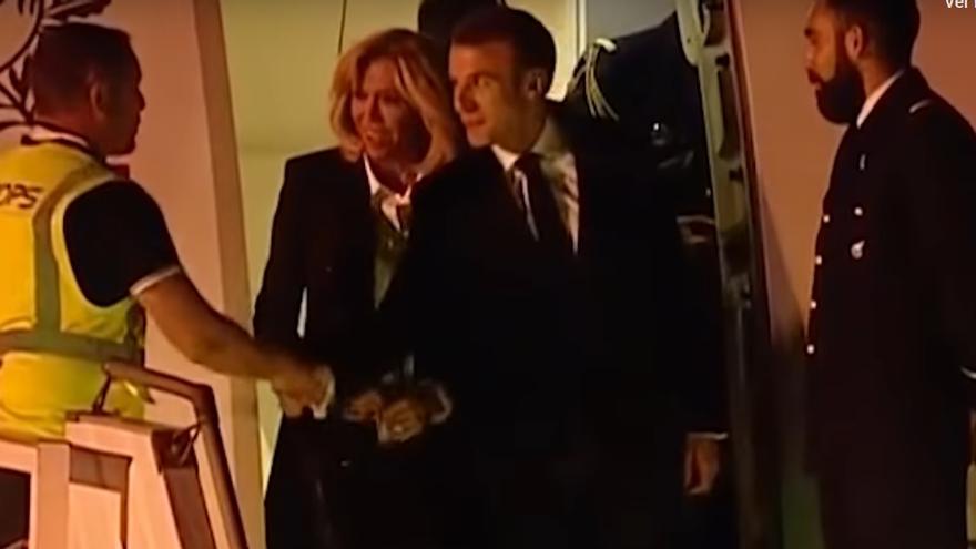 Emmanuel Macron da la mano a un trabajador que lleva un chaleco amarillo al llegar a Buenos Aires