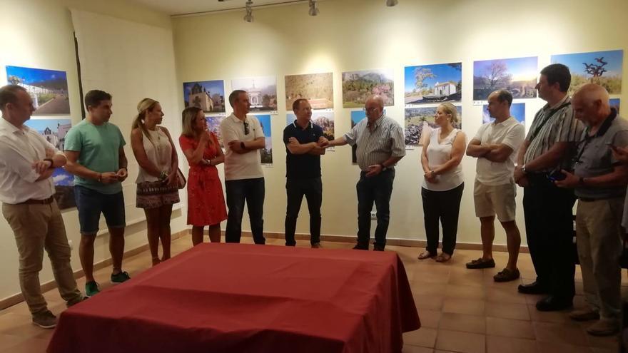 Un momento del acto de inauguración de la exposición 'Rincones de El Paso'.