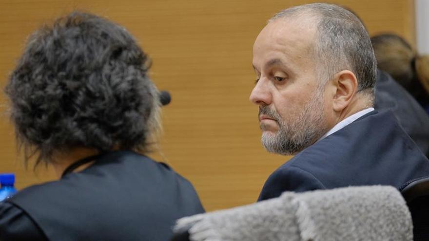 Celso Perdomo habla con su abogada. EFE/Ángel Medina G.