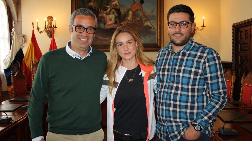 La atleta olímpica Raquel González con el alcalde de Santa Cruz de La Palma, Sergio Matos (i) y el concejal de Deportes, Raico Arrocha.