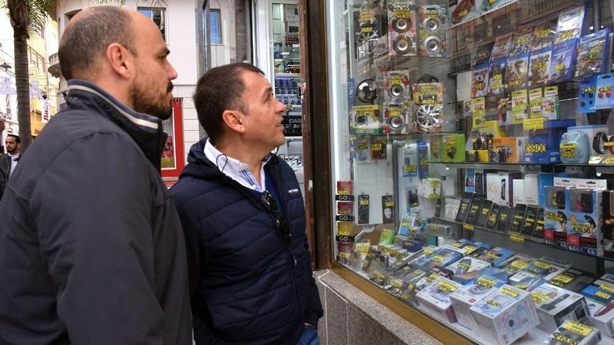 Alfonso Cabello, concejal del área de Comercio, y el alcalde Bermúdez, en su visita por el centro este domingo