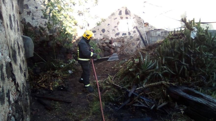 El fuego se registró en el patio de una casa antigua del casco urbano de Los Llanos.