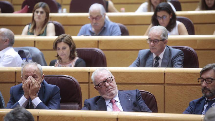 El senador del PP Pedro Agramunt, sesteando en la sesión de control al Gobierno en el Senado, el 12 de septiembre de 2017.