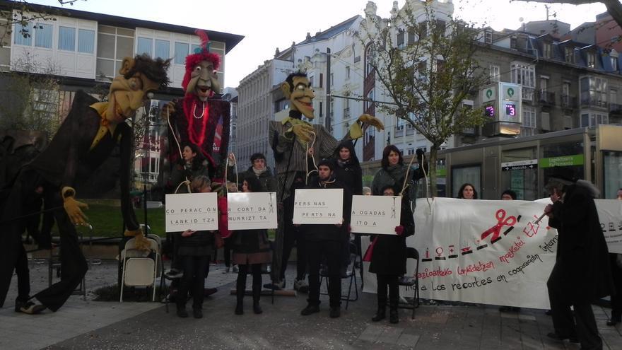 Reciente protesta ante el Parlamento vasco de la Coordinadora de ONGD de Euskadi por los recortes en cooperación.