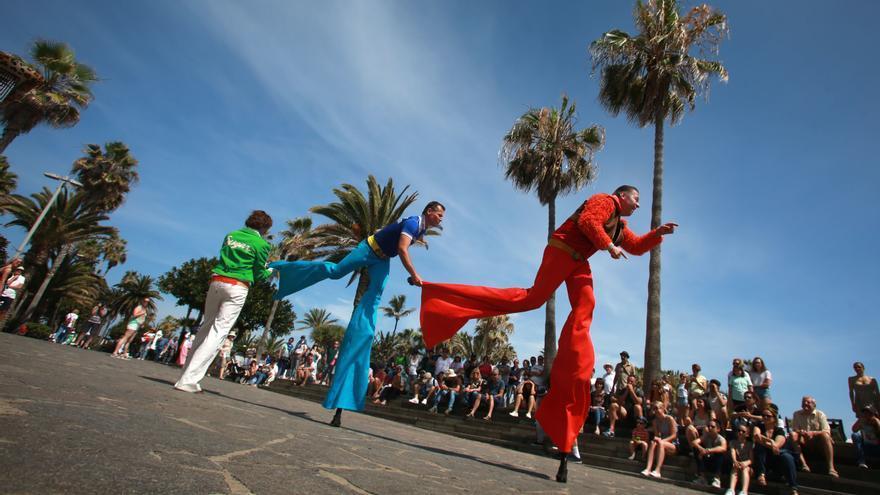 Pasacalles del grupo austriaco Irrwish, en la muestra de arte en la calle de Mueca, en Puerto de la Cruz
