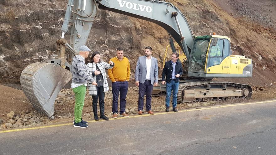 Visita del consejero de Infraestructuras del Cabildo, Borja Perdomo;  la alcaldesa de Mazo, Goretti Pérez, y el vicepresidente del Cabildo, José Andrián Hernández, a la obra de mejora en la 'Curva del Estudiante', en Villa de Mazo.