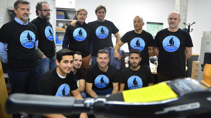 Estudiantes y profesores de la UPCT desarrollando el barco eléctrico