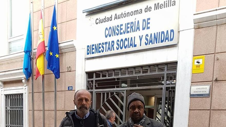 El tío de Mamadou, uno de los menores fallecidos en Melilla, junto al activista José Palazón.