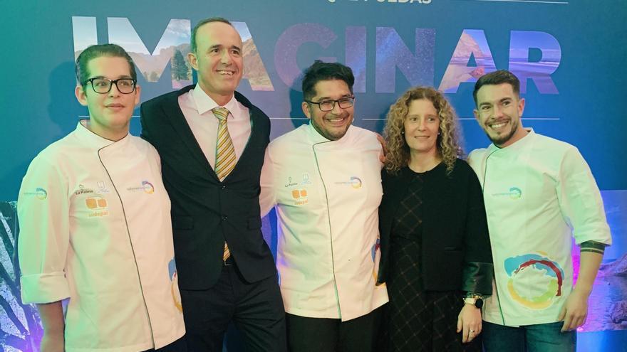 Los consejeros Raquel Díaz y Raúl Camacho con los cocineros palmeros.