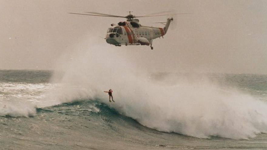 El Helimer durante una operación de rescate en aguas canarias.