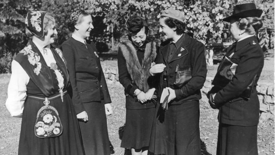 Pilar Primo de Rivera (segunda por la derecha), participando en una reunión en la Alemania nazi en octubre de 1941.