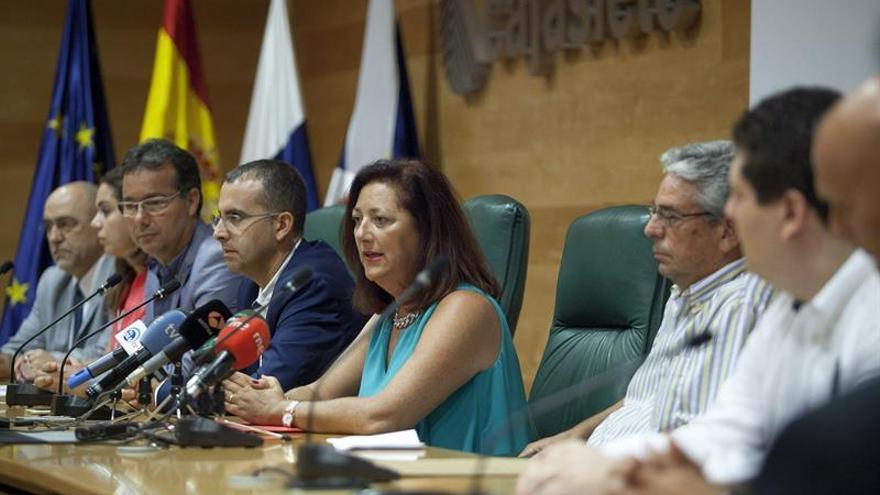 La presidenta de la Asociación Canaria del Alquiler Vacacional, (Ascav), Doris Borrego (c), durante el encuentro que mantuvo, junto a otros profesionales del sector del alquiler vacacional. (Efe/Ramón de la Rocha).