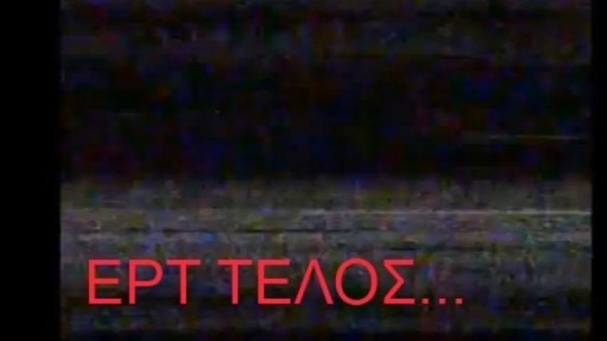 Pantalla en negro de la TV griega tras el cierre.