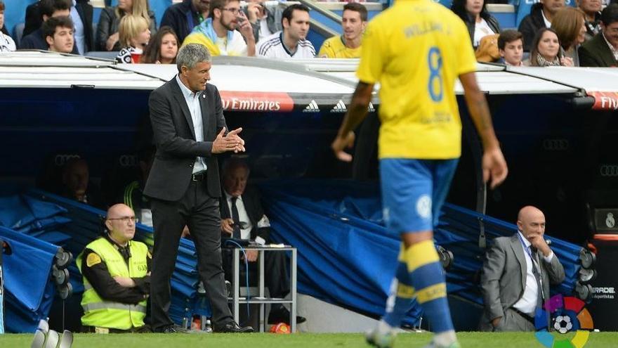 Quique Setién (i) y William José (d) durante el encuentro en el Santiago Bernabéu. (LALIGA).