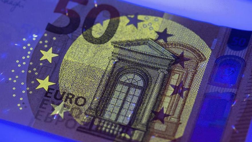 El euro baja hasta los 1,1383 dólares en Fráncfort