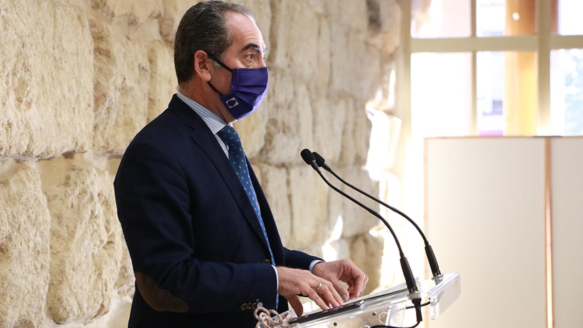 El presidente de Cecosam, Antonio Álvarez, informa a los medios
