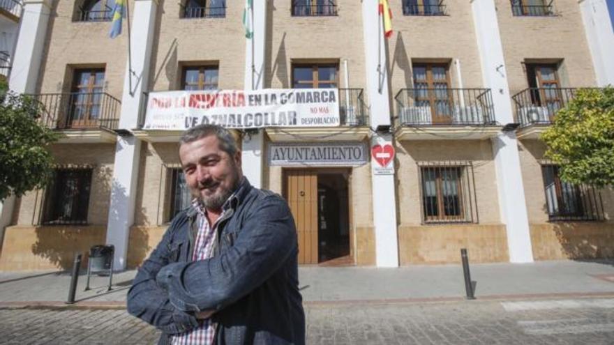 El alcalde del municipio sevillano de Aznalcóllar, Juan José Fernández, ante el Ayuntamiento