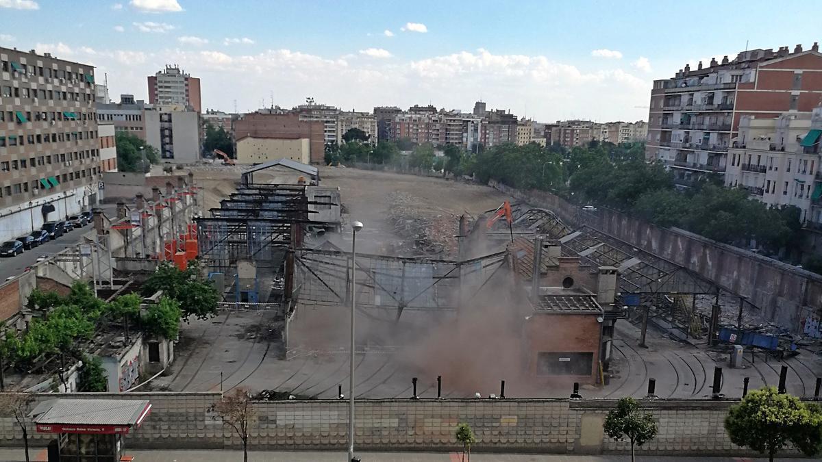 Momento de la demolición de la nave central de Cocheras de Cuatro Caminos