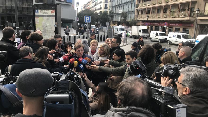 El portavoz del PP en el Ayuntamiento, José Luis Martínez-Almeida, ofrece declaraciones ante la prensa en Lavapiés.