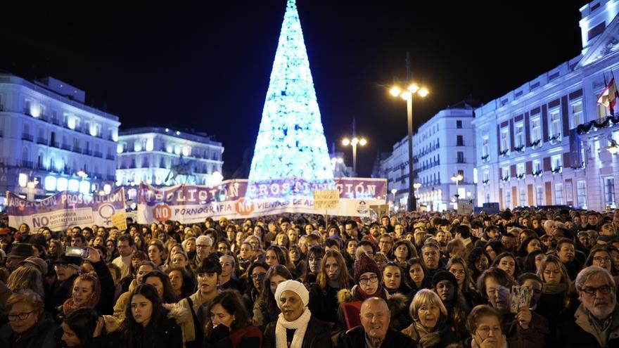 Madrid, como símbolo: protesta feminista con fondo de la ostentosa iluminación del Ayuntamiento ultraconservador