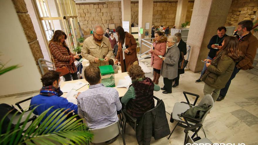 Mesa electoral instalada en el vestíbulo del Ayuntamiento   ÁLEX GALLEGOS