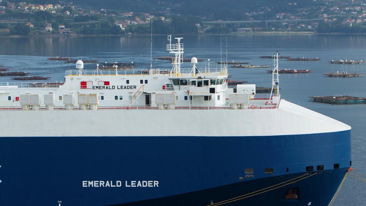 """Vista del  """"Emeral Leader"""", el segundo buque carguero con 23 tripulantes a bordo que ha sido confinado en Vigo tras detectarse un brote de covid-19."""