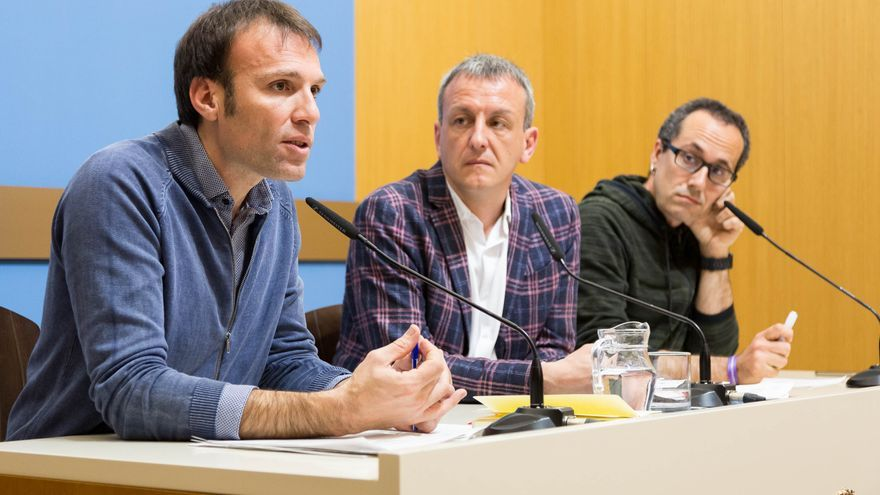 De izquierda a derecha, Pablo Muñoz, concejal de Urbanismo del Ayuntamiento de Zaragoza; Fernando Rivarés, concejal de Economía y portavoz del Gobierno, y Alberto Cubero, concejal de Servicios Públicos