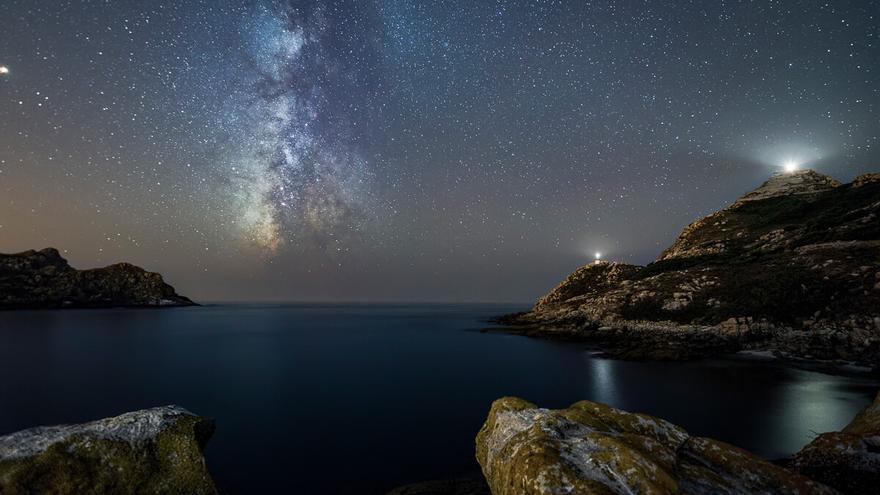 Imagen de Ángel Torres del cielo nocturno de las Islas Cíes. 2º premio del Maratón Starlight de fotografía