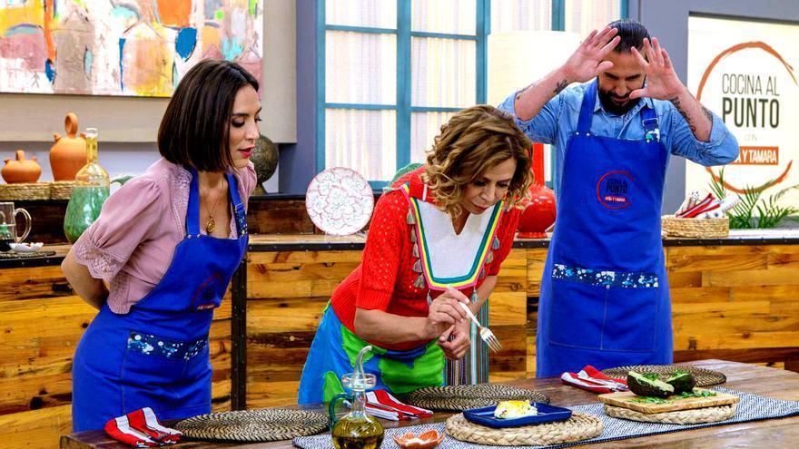 Tamara Falcón y Javier Peña junto a Ágata Ruiz de la Prada, invitada de 'Cocina al punto'
