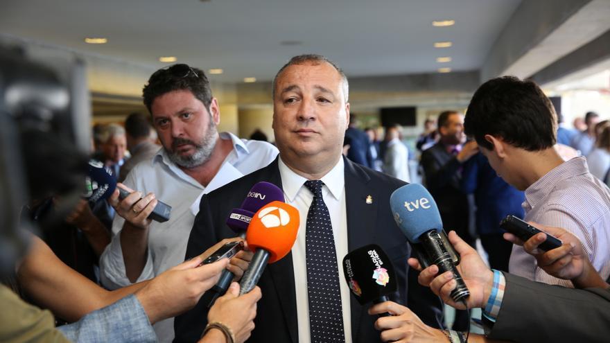 El presidente de la UD Las Palmas, Miguel Ángel Ramírez, atendiendo a los medios de comunicación.