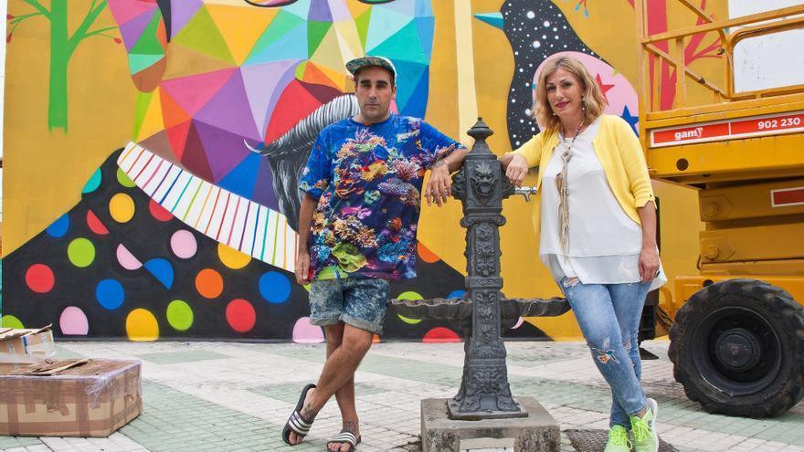Okuda junto a la alcaldesa de Polanco, Rosa Díaz Fernández, ante el mural sobre Pereda.