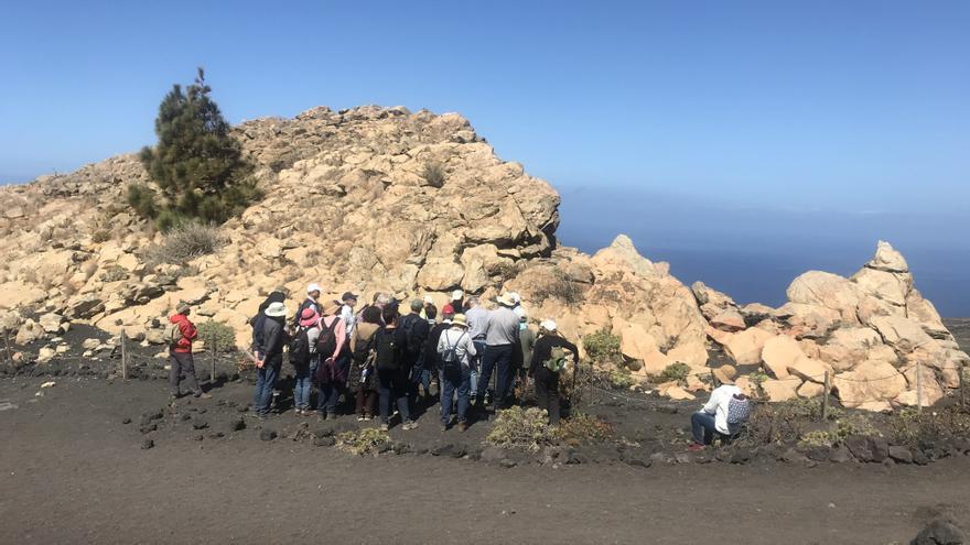 Excursionistas junto al Roque Teneguía el pasado 23 de marzo de 2019.