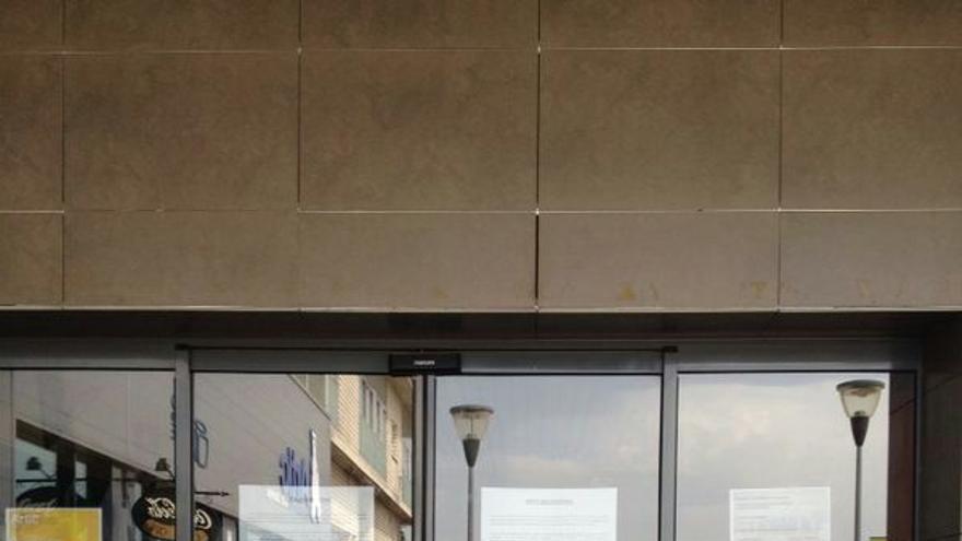 Este aspecto, lleno de carteles, presenta la entrada a Cubo Spa.