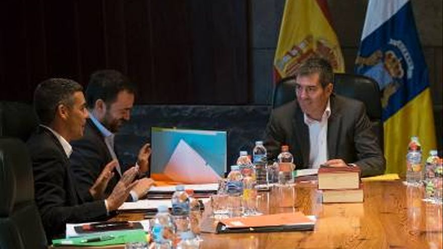 El presidente de Canarias, Fernando Clavijo, al fondo, en el Consejo de Gobierno celebrado este viernes.