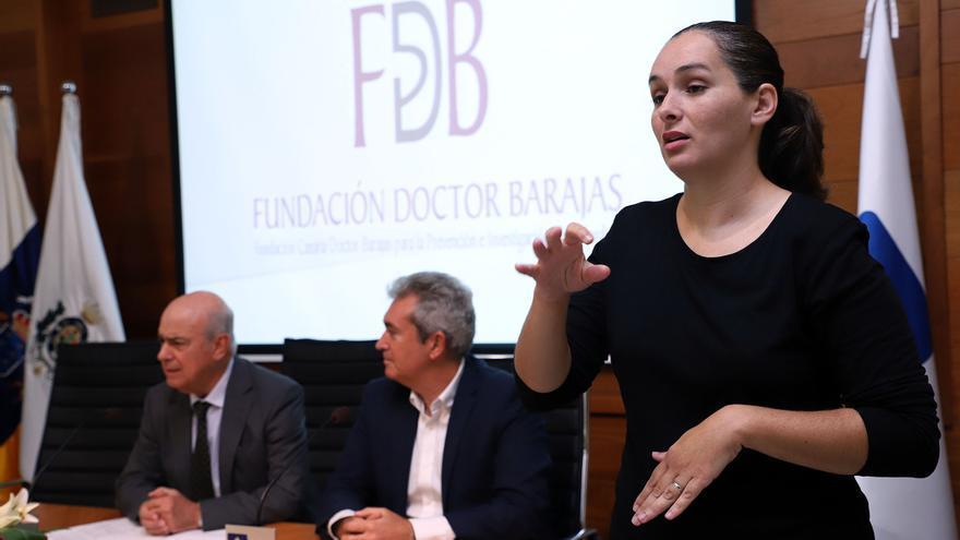 El doctor José Juan Barajas (izquierda), junto al concejal de Asuntos Sociales de Santa Cruz, Óscar García