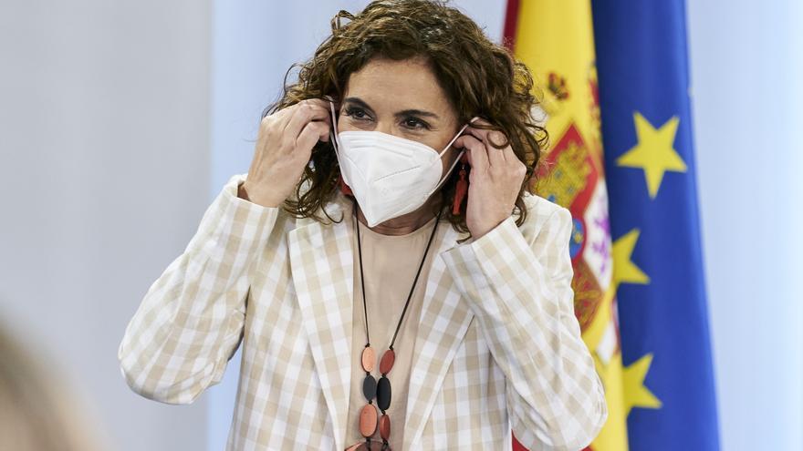 La ministra portavoz y de Hacienda, María Jesús Montero, a su salida de una rueda de prensa posterior al Consejo de Ministro s en Moncloa, a 4 de mayo de 2021, en Madrid (España). El Consejo de Ministros de hoy ha sido el último que el Gobierno ha celebra