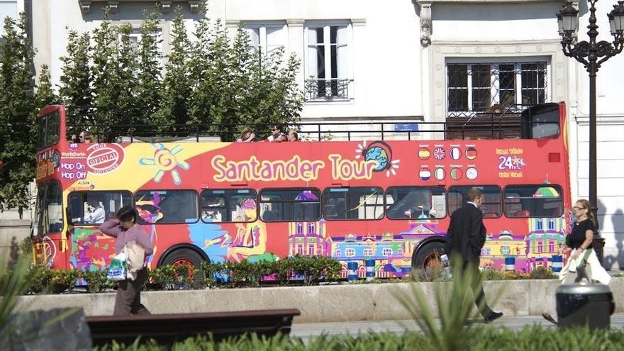 Santander invita a entidades sociales a disfrutar de viajes gratis en el autobús turístico