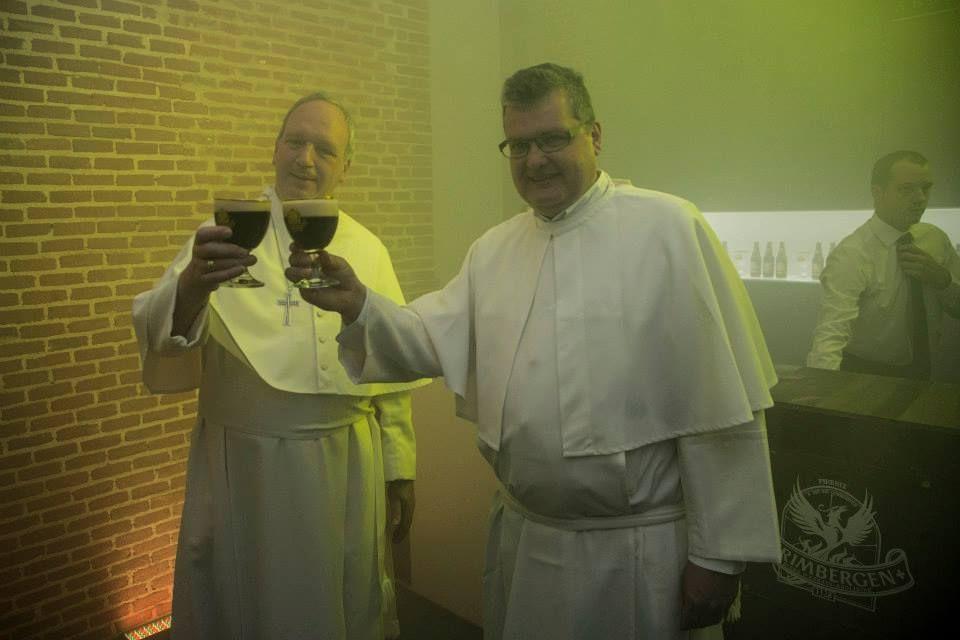 El Abad Erik y el padre Karel, los monjes norbertinos belgas que presentaron us cerveza en Conde Duque.