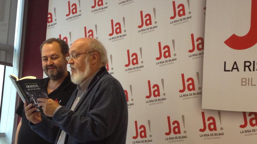 José Luis Cuerda (derecha) y Juan Bas leen el libro sobre 'Amanece, que no es poco' /EDN