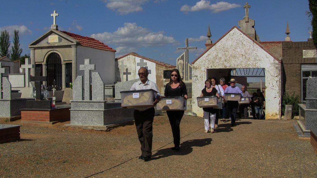 Reinhumación de restos de nueve republicanos asesinados por el franquismo y exhumados por la ARMH en 2015