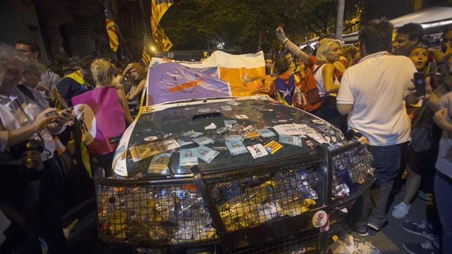 Un coche de la Guardia Civil repleto de pegatinas y propaganda a favor del 1-O en en los alrededores de la sede de la consejería de Economía y Hacienda de la Generalitat.