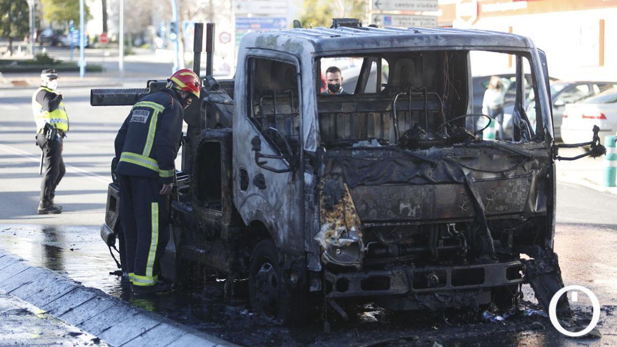 Incendio de una grua municipal en Ronda del Marrubial