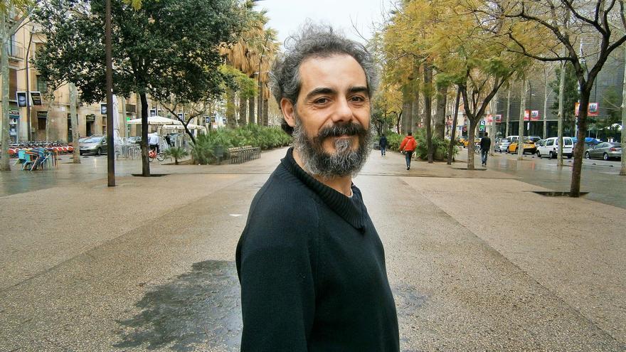 Raimundo Viejo en la Rambla del Raval durante una entrevista con Catalunya Plural