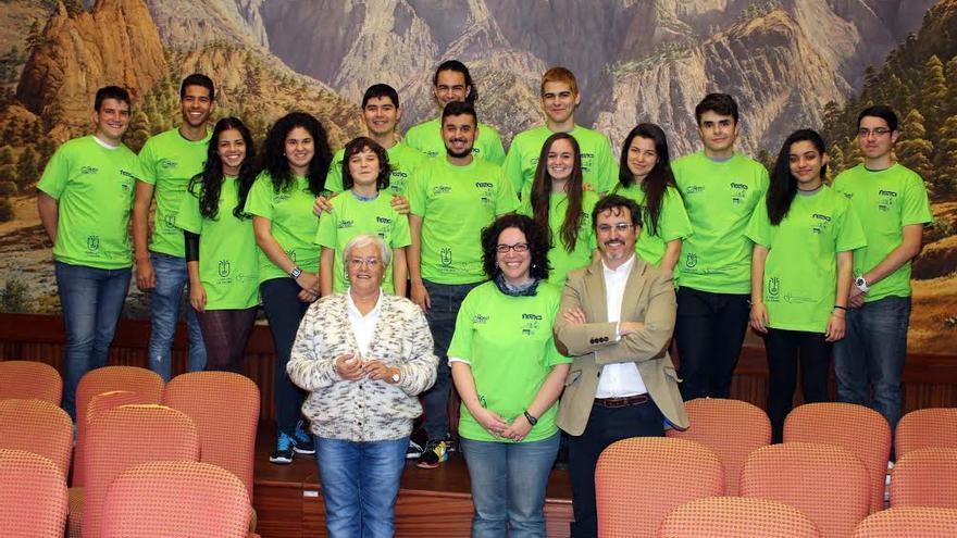 Los miembros del equipo Fnatic del Instituto de Educación Secundaria (IES) Luis Cobiella Cuevas con la consejera insular de Cultura y el director de proyectos de Antares.