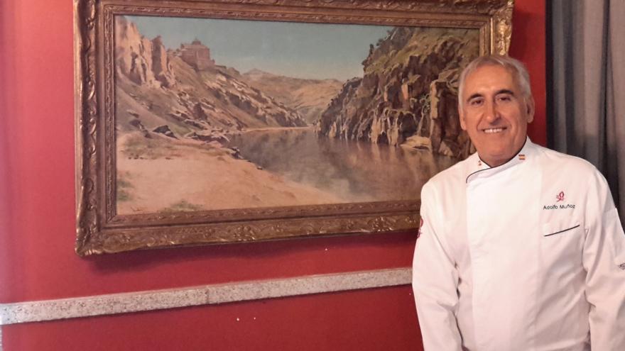 El chef, en uno de sus rincones favoritos del Restaurante Adolfo, junto a un cuadro de Ricardo Arredondo