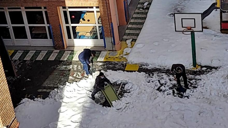 El Ayuntamiento de Madrid empieza a limpiar el hielo de los colegios seis días después del fin de la nevada