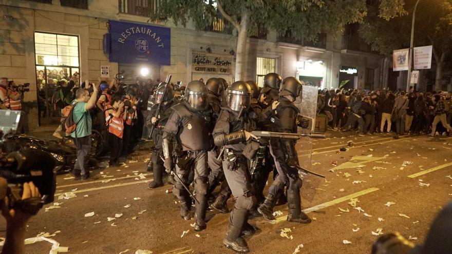 Cargas policiales en torno a la Conselleria de Interior en el tercer día de protestas en Catalunya