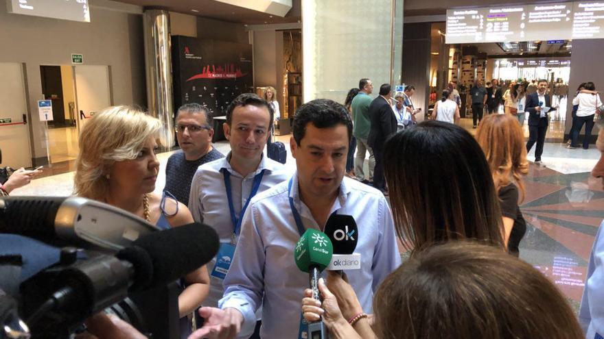 Juanma Moreno atiende a los medios