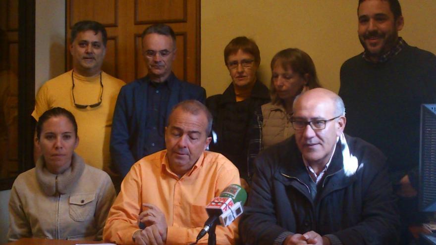 Paco Déniz(c) junto a otros representantes de Sí se Puede en La Laguna
