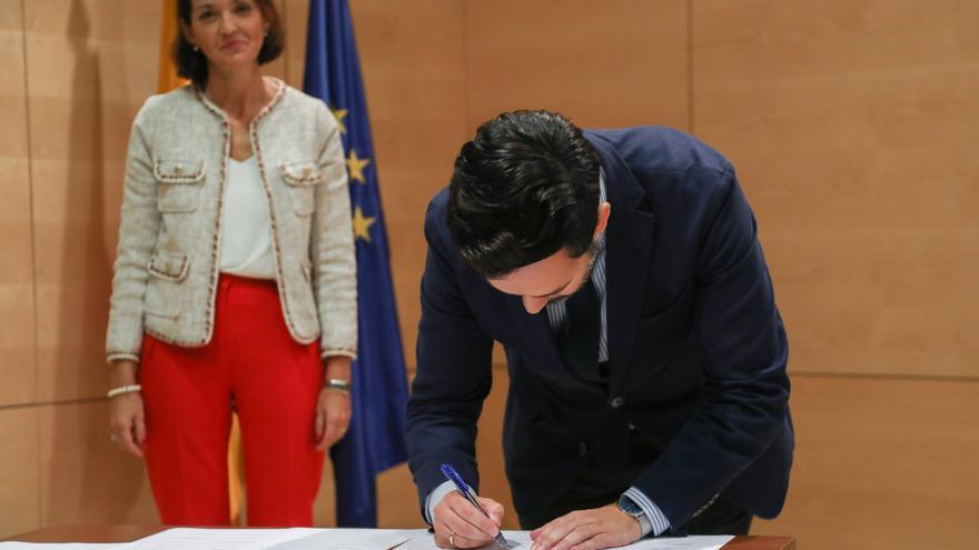 La ministra Reyes Maroto, junto al alcalde Lope Afonso, en la firma de entrada en la Red DTI